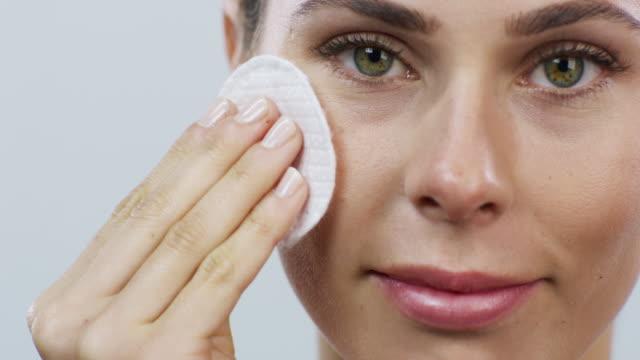 vídeos y material grabado en eventos de stock de mi rutina de cuidado de la piel no puede prescindir de ella - limpiador facial