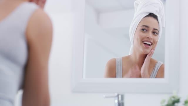 la mia routine di cura della pelle sta sicuramente lavorando per me - mirror video stock e b–roll
