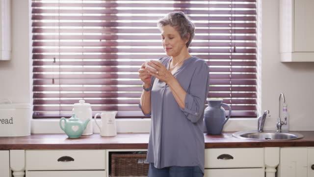 私のお茶は私が若く感じ続けるものです - カフェイン分子点の映像素材/bロール