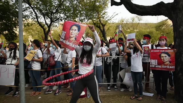 myanmar demonstrator during a protest against the myanmar military coup, outside the united nations building in bangkok, thailand, 21 february 2021.... - ミャンマー点の映像素材/bロール