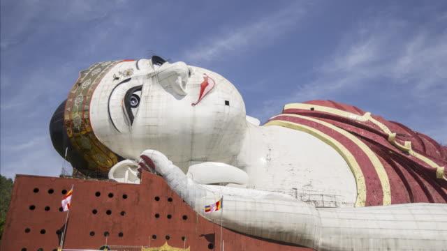 stockvideo's en b-roll-footage met myanmar - giant lying statue outside 2 - lengte