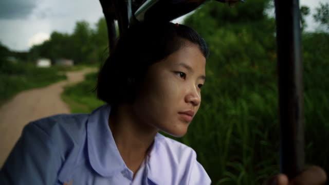 vídeos de stock e filmes b-roll de m/s myanmar teenage girl in the school bus - só meninas adolescentes