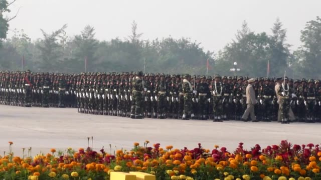 myanmar's troops attend a parade during a ceremony marking the 67th anniversary of the armed forces day in naypyidaw on march 27, 2012. clean:... - armé bildbanksvideor och videomaterial från bakom kulisserna