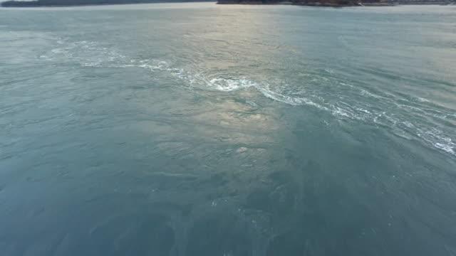 vídeos de stock e filmes b-roll de myeongnyang channel whirlpool scenery / jindogun, jeollanam-do, south korea - canal mar
