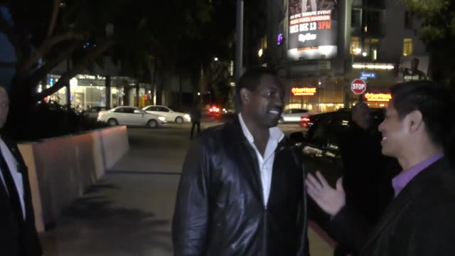 mykelti williamson greets fans outside the arclight theatre in hollywood in celebrity sightings in los angeles, - ミケルティ ウィリアムソン点の映像素材/bロール