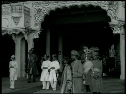 vidéos et rushes de mysore palace in karnataka royal procession hhmaharaja shri jayachamaraja wadiyar bahadur walking w/ entourage in covered gazebo throwing something... - 1942