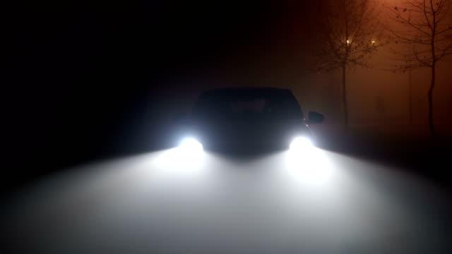 mystisk bil i skogen, skräck scen - parkera bildbanksvideor och videomaterial från bakom kulisserna
