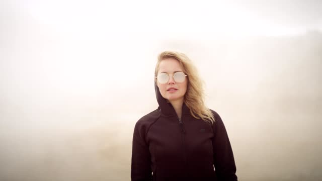 stockvideo's en b-roll-footage met mysterieus landschap. vrouw genieten van warme stoom - geiser