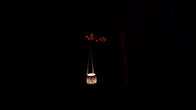 vídeos de stock, filmes e b-roll de homem misterioso da floresta - 4 k de resolução - vela equipamento de iluminação