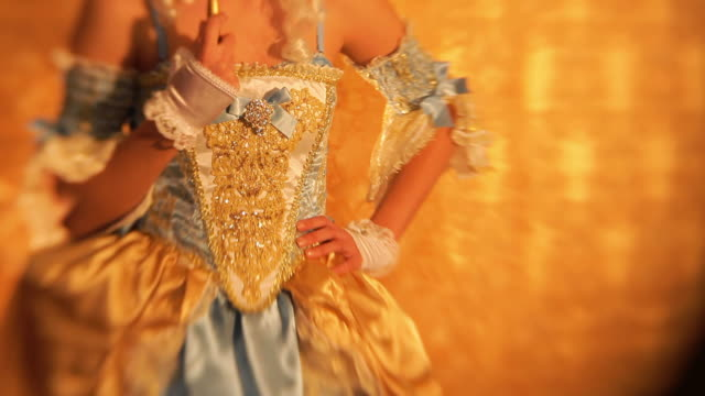 stockvideo's en b-roll-footage met mysterious princess portrait with masquerade mask - jurk