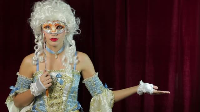 geheimnisvolle princess porträt mit karnevalsmaske - historische kleidung traditionelle kleidung stock-videos und b-roll-filmmaterial