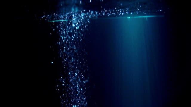 misterioso scenario sottomarino con bolle - profondo video stock e b–roll