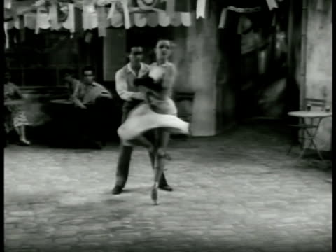 vidéos et rushes de mysterious woman seductively dancing modern ballet solo in square the male of the young lovers moves as if in trance to join her in duet leaving... - danseuse classique