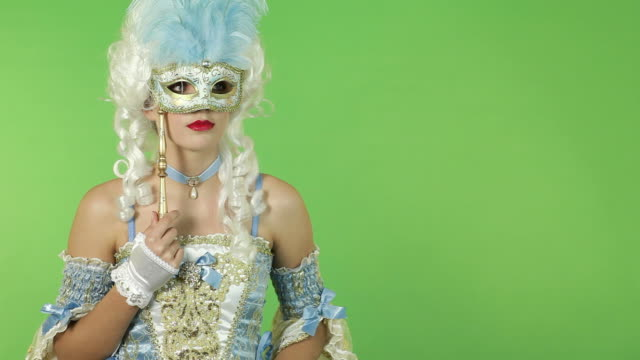 mysteriöse frau mit karnevalsmaske - historische kleidung traditionelle kleidung stock-videos und b-roll-filmmaterial