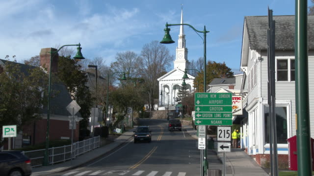 mystic, connecticut - downtown district, baptist church, vehicle traffic - kirchturmspitze stock-videos und b-roll-filmmaterial