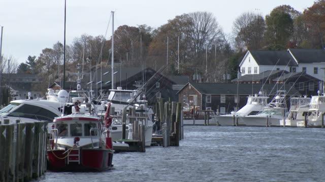 mystic river waterfront - 19th century homes, boats docked, autumn day - new london county bildbanksvideor och videomaterial från bakom kulisserna