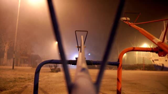 l'altalena mistica nella notte nebbiosa. - in rovina video stock e b–roll