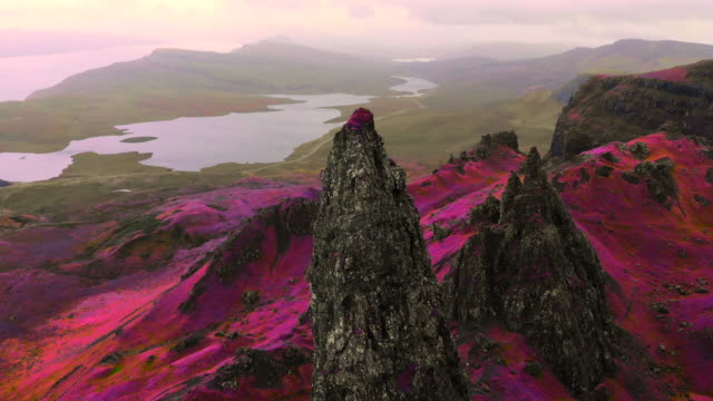 vídeos de stock e filmes b-roll de mystical footage flying in the isle of skye in scotland with stunning infrared colors. - pináculo formação rochosa