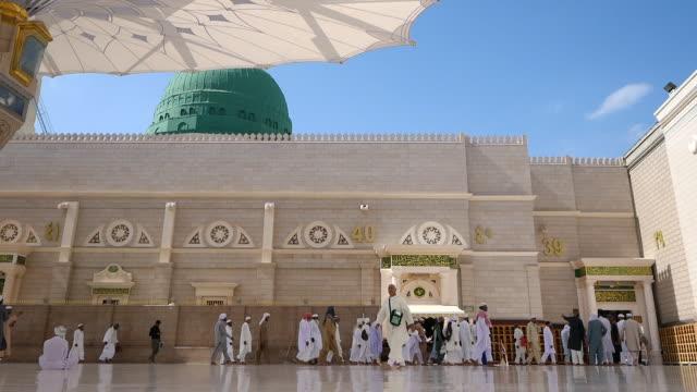 nabawi mosque, medina saudi arabia. - moschea video stock e b–roll