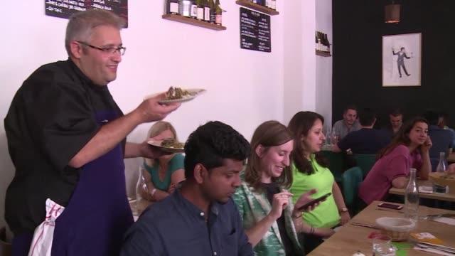 nabile un chef sirio aprovecha el festival de comida de refugiados 2017 para servir sus platos en un suburbio de paris la onu anuncio el lunes un... - refugiado stock videos & royalty-free footage