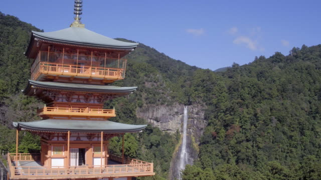 nachisan seiganto-ji pagoda at kumano nachi shrine with nachi falls in the background, wakayama, japan - pagode stock-videos und b-roll-filmmaterial
