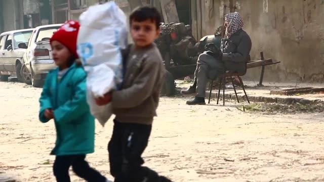 naciones unidas se disponia este lunes a entregar ayuda humanitaria a miles de civiles asediados en siria que viven en una dramatica situacion... - naciones unidas stock videos & royalty-free footage