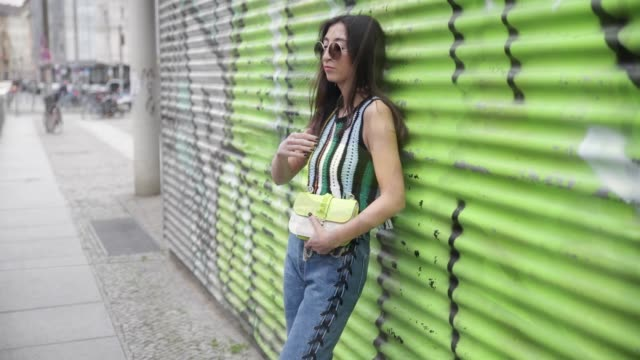 vídeos y material grabado en eventos de stock de nadja ali wearing a lala berlin top blue hm denim jeans black balenciaga boots a neon yellow green valentino bag marc jacobs sunglasses vintage... - denim
