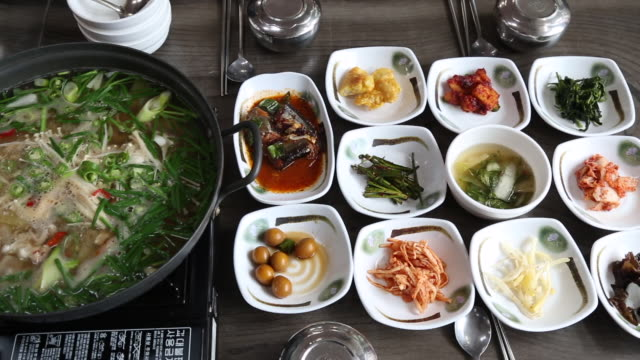 vidéos et rushes de naejang tang (intestine soup) with squid in the pot and side dishes on the table, ulleungdo island (the sole island-city in the east sea) - bol à soupe