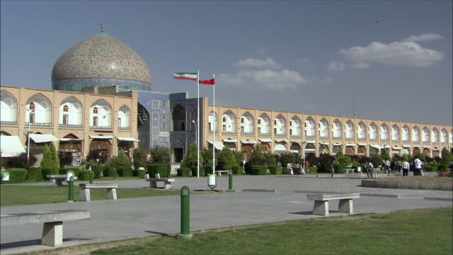 ws pan naghsh-e jahan square with sheikh lotfollah mosque and imam khomeini mosque, isfahan, iran - iran stock videos and b-roll footage