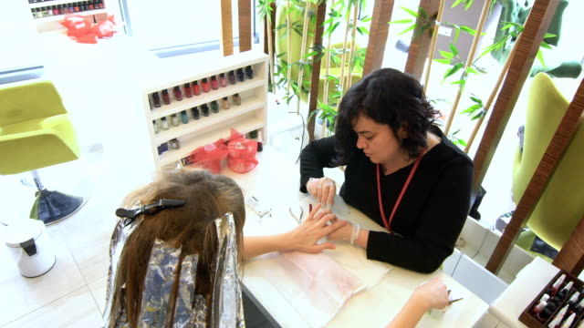 vídeos y material grabado en eventos de stock de cuidado de uñas, manicura - esmalte de uñas rojo