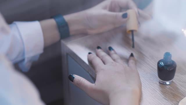 ネイル メイク (美容スパ自宅) - マニキュア液点の映像素材/bロール