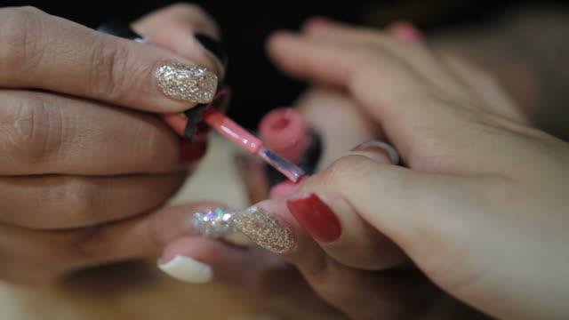 pittura manicure spa - viziarsi video stock e b–roll