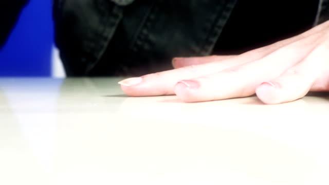 hd: nagellack auf langen frau nägel-pink - fetischismus stock-videos und b-roll-filmmaterial