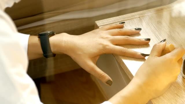 マニキュア、ペディキュア、デザイナーの人間の手をクローズ アップ - ストック ビデオ - マニキュア液点の映像素材/bロール