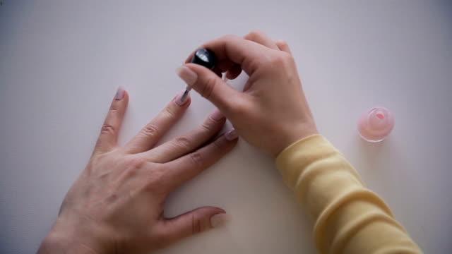 爪磨き、人間の手をクローズアップ - マニキュア液点の映像素材/bロール