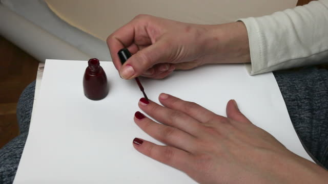 vidéos et rushes de vernis à ongles - bras humain