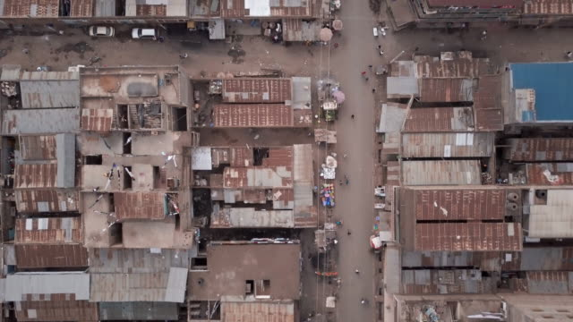 stockvideo's en b-roll-footage met nairobi, kenya slums - aerial - sloppenwijk