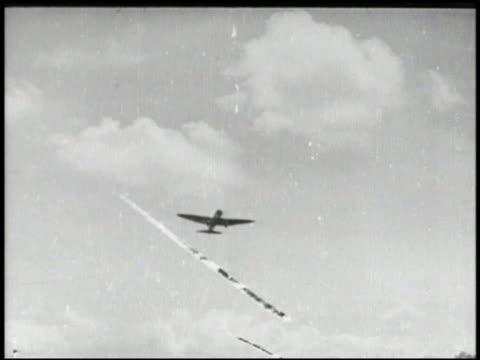 nakajima b6n tenzan 'jill' torpedo bomber taking off, in flight. unidentified aircraft in 'v' flight formation. aerial: bomber aircraft squadron in... - landefahrwerk stock-videos und b-roll-filmmaterial