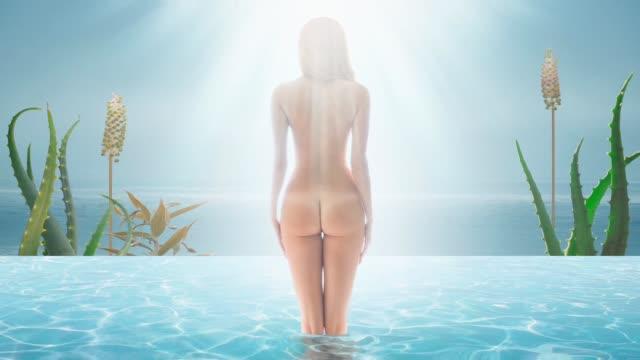 vídeos y material grabado en eventos de stock de desnudas hermosas mujeres jóvenes en piscina de agua - desnudo