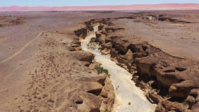 nambia sesriem canyon 4k video sossusvlei - terreno accidentato video stock e b–roll