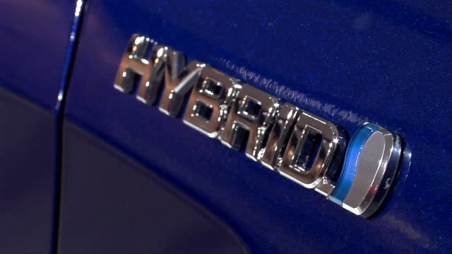 stockvideo's en b-roll-footage met cu, zo, nameplate on hybrid toyota ft-hs concept car, north american international auto show - hybride voertuig