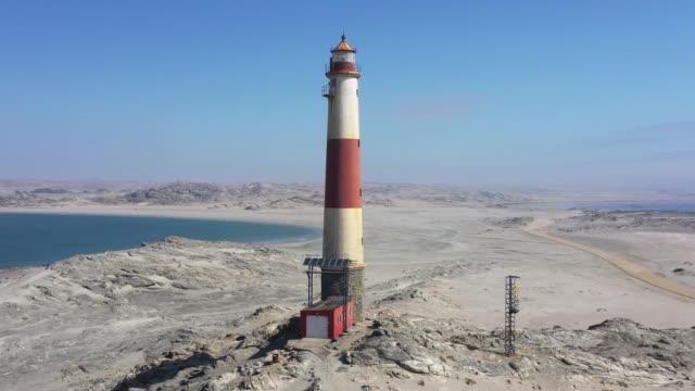 vidéos et rushes de le phare namibien de l'eritz diaz point drone 4k video circle flight - océan atlantique