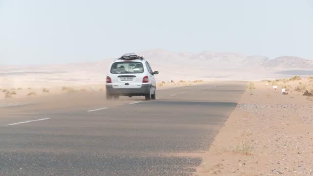 vídeos de stock, filmes e b-roll de namibia, luderitz, open road through namib desert - áfrica meridional