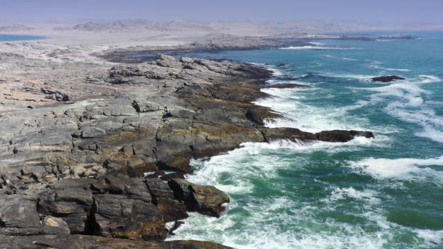 vídeos de stock, filmes e b-roll de namíbia luderitz sperrgebiet atlantic ocean coast aéreo drone flyover - namíbia