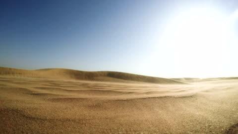 vidéos et rushes de désert namibien. soleil qui brille au-dessus des dunes de sable - sol phénomène naturel
