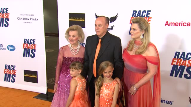 nancy davis at 19th annual race to erase glam rock to erase on 5/18/12 in los angeles, ca. - レーストゥイレースms点の映像素材/bロール