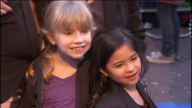stockvideo's en b-roll-footage met 'nanny mcphee and the big bang' premiere at leicester square in london exterior shots of gail porter with daughter honey and friends posing for... - gail porter