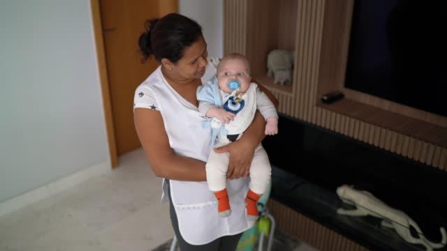 vidéos et rushes de nounou prenant soin du bébé à la maison - nurse