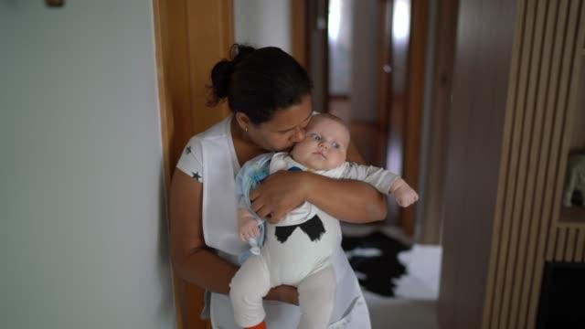 vidéos et rushes de nounou marchant et prenant soin du bébé à la maison - nurse