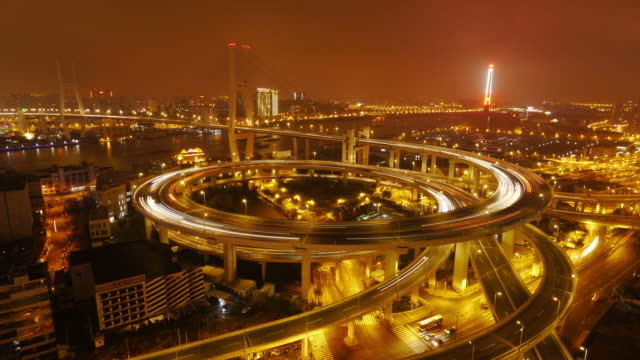 nanpu bridge, huangpu river, night to day, dawn, traffic, city lights, shanghai, china - 胸を打つ点の映像素材/bロール